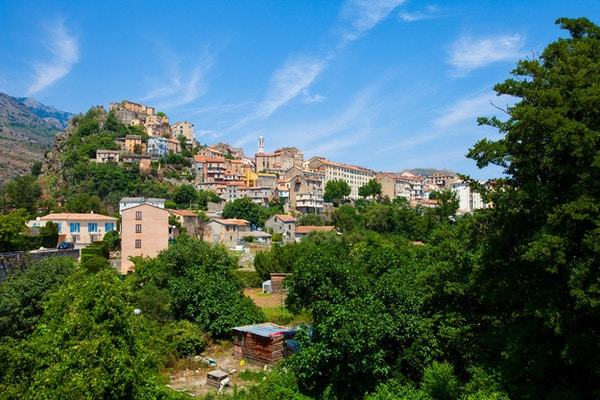 Oversiktsbilde over Corte på øya Korsika.