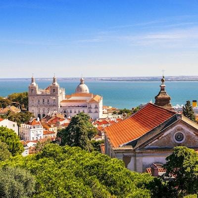 panoramabilde av et gammelt, tradisjonelt nabolag i Lisboa