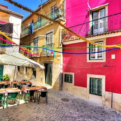 Vakkert bilde tatt med bred vinkel i de smale gatene med mange ulike farger i Lisboa, Portugal