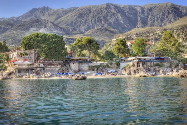 Dhermi Albania: Naturskjønn strand langs den sørlige Albanias joniske kyst.