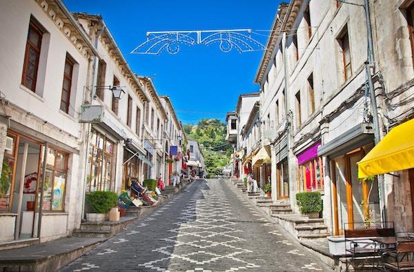 Hovedgaten til den historiske byen Gjirokasteron i Gjirokaster, Albania. Verdensarvsted av UNESCO.