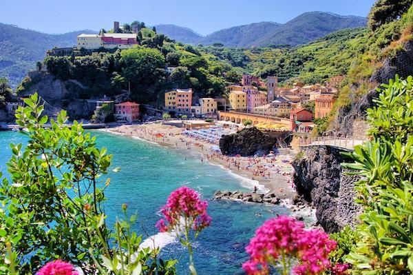 Cinque Terre-landsbyen Monterosso med blomster, Italia