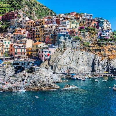 Landsbyen Manarola med ferge, Cinque Terre, Italia