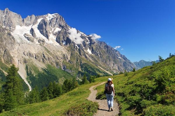 Turgåer i aksjon i Ferret Valley med Mont Blanc-massivet i bakgrunnen