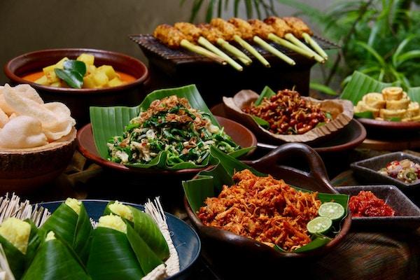 Nasi Campur Bali, den balinesiske populære risen. Dampet gurkemeie ris servert med siderett