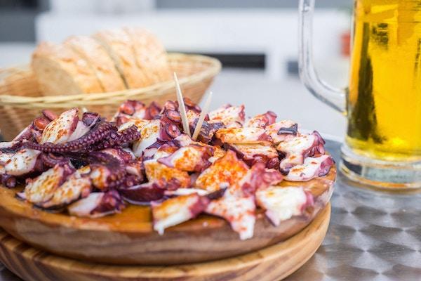Kokt blekksprut med paprika og olivenolje.