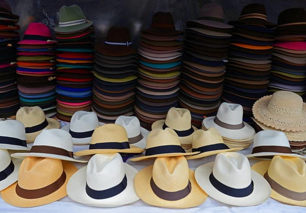 Panama hatter til salgs på det lokale kunst- og håndverksmarkedet i Otavalo, Ecuador.
