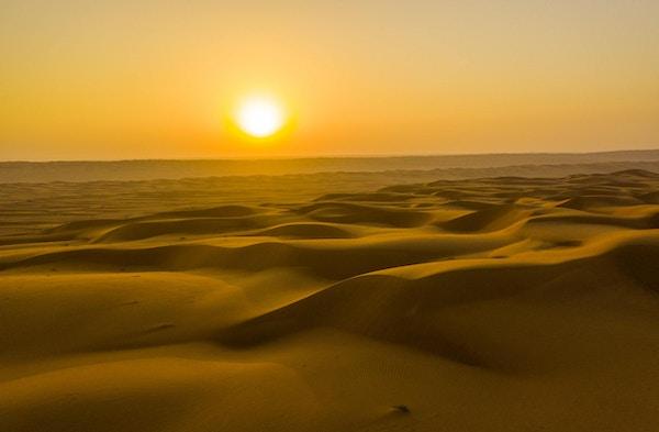 Utsikt over solnedgang over sanddyner i ørkenen, Oman