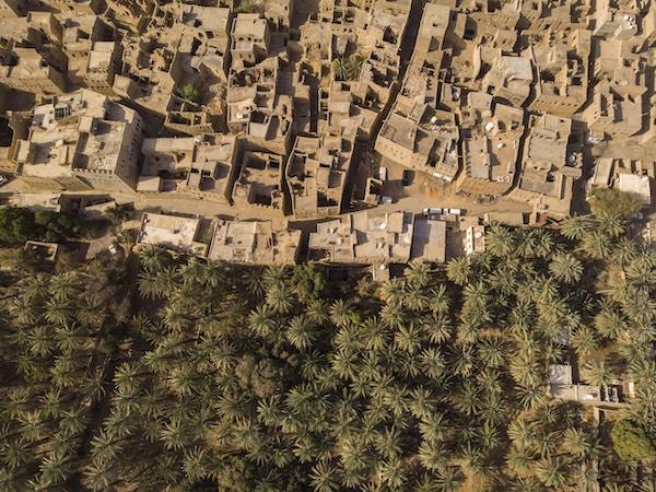 Luftfoto av gamlebyen Al Hamra og gjørmehus i Oman
