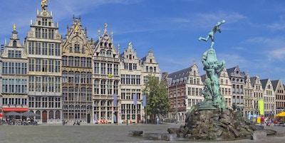 Antwerpen Grote Markt med berømt fontene og statue av Silvius Brabo. Middelalderske bygninger i Antwerpen, Belgia