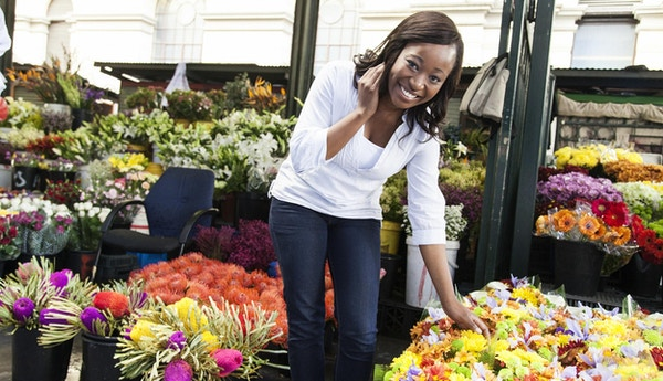 Kvinne på blomstermarked i Cape Town, Sør-Afrika.