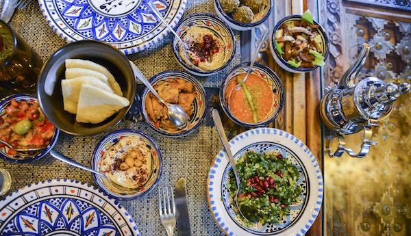 Midtøsten eller arabiske retter og diverse meze, betong rustikk bakgrunn. Kjøttkebab, falafel, baba ghanoush, muhammara, hummus, sambusak, ris, tahini, kibbeh, pita Halalmat libanesisk mat