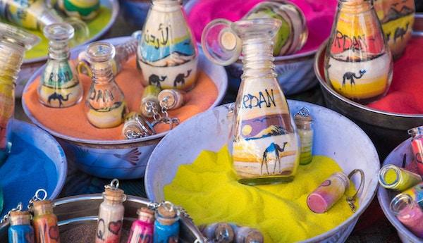 Suvenirer fra Jordan - flasker med sand, ørkener og kameler.
