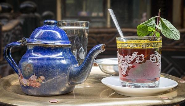 Tradisjonetl myntetesett på kobberbord i en orientalsk kafé på Khan El Kalili Bazar, Kairo, Egypt