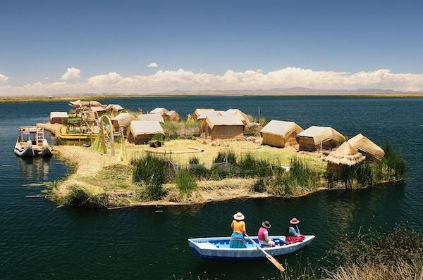 Peru, flytende Uros-øyene ved Titicacasjøen.
