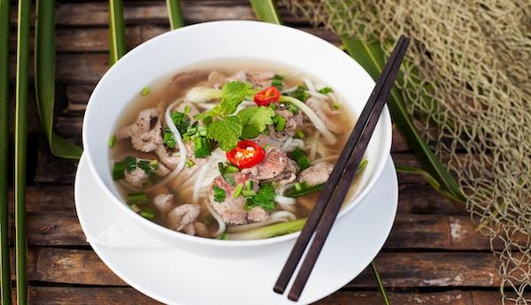 Tradisjonell vietnamesisk biffsuppe pho med trebakgrunn