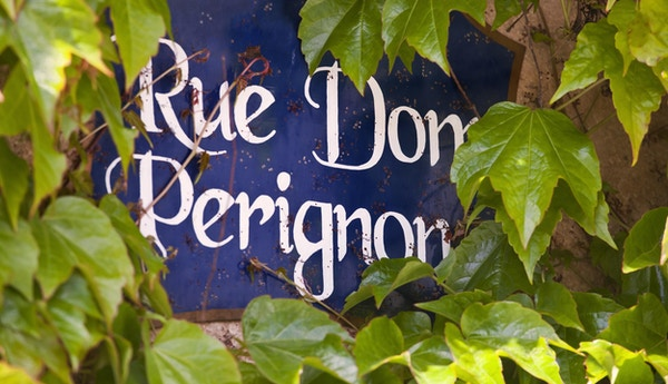 Rue Dom Perignon i landsbyen Hautvillers, i Champagne-regionen i Frankrike.