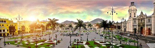 Et panoramabilde av Plaza de Armas i Lima, Peru.