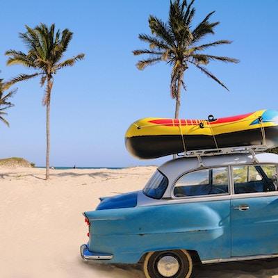 Bil ved stranden på Cuba.