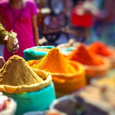 Fargerikt krydderpulver og urter i det tradisjonelle gatemarkedet i Delhi. India.