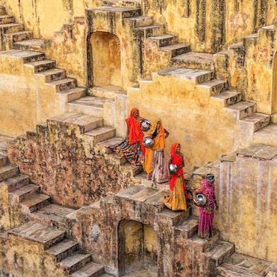 Indiske kvinner som frakter vann fra trinnbrønn nær Jaipur, Rajasthan, India. Kvinner og barn går ofte lange avstander for å bringe tilbake kanner med vann som de bærer på hodet.