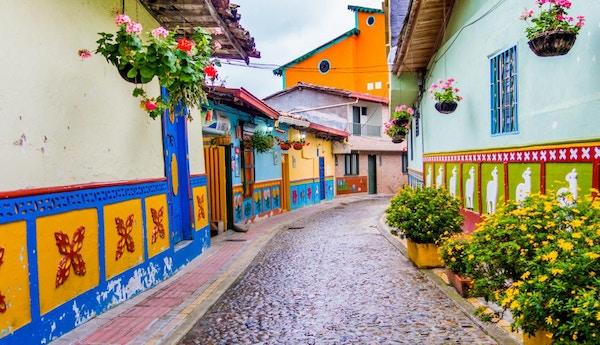Vakker og fargerik gate i Guatape sentrum, kjent som byen Zocalos, med vakkert utskårne og dekorerte 3d-motiver. Colombia