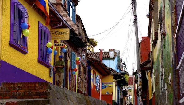 Fargerik bakgate i Colombia.