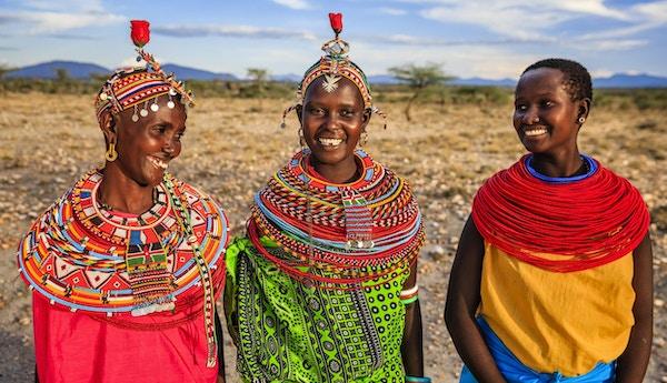 Gruppe av afrikanske kvinner fra Samburu-stammen, sentrale Kenya, Afrika. Samburu-stammen er en av de største stammene i det nordlige sentrum av Kenya, og de er relatert til Maasai.