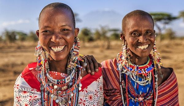 To afrikanske kvinner fra Maasai-stammen - Mount Kilimanjaro på bakgrunnen. Maasai-stammen som bor i Sør-Kenya og Nord-Tanzania, og de er i slekt med Samburu.