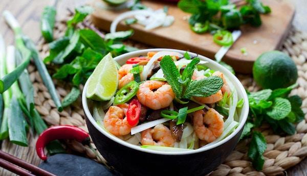 Vietnamesisk mat. Tradisjonelt med risnudler, vårløk, konge reker, fugleperspektiv, røde chilier og shiitake sopp.