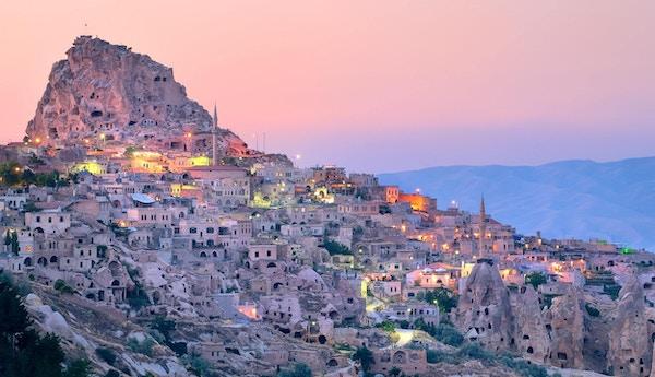 Uchisar huleby i Cappadocia, Nevsehir, Tyrkia ved solnedgang.