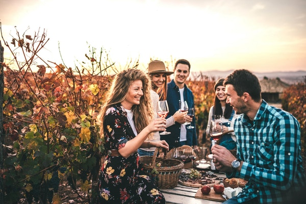 Venner på vinsmaking i Frankrike.