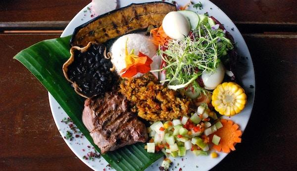 """Tradisjonell plate i Costa Rica, kalt """"Casado"""". Den er satt sammen av ris, bønner, biff, bananegg, mais og salat."""