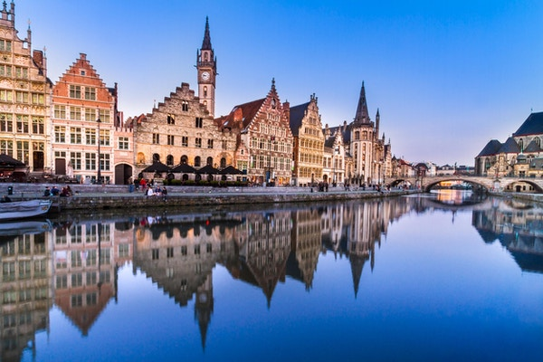 """Pittoreske middelalderske bygninger med utsikt over """"Graslei havnen"""" i Gent, Belgia."""