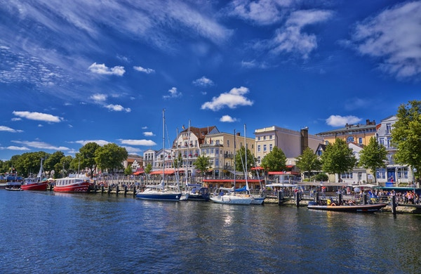 Warnemuende, Rostock, Tyskland Utsikt over kanalen som renner gjennom sentrum av denne turistbyen med restauranter, butikker og parker
