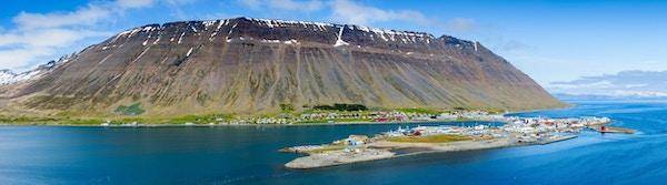 Panoramautsikt over isafjördur, den største byen i vestfjordene, Island