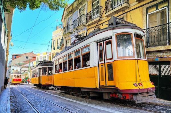 Nydelig bilde av de tradisjonelle gule trikkene i Lisboa, Portugal.