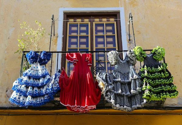 Tradisjonelle flamencokjoler henger til tørk på en balkong i Málaga i Spania.