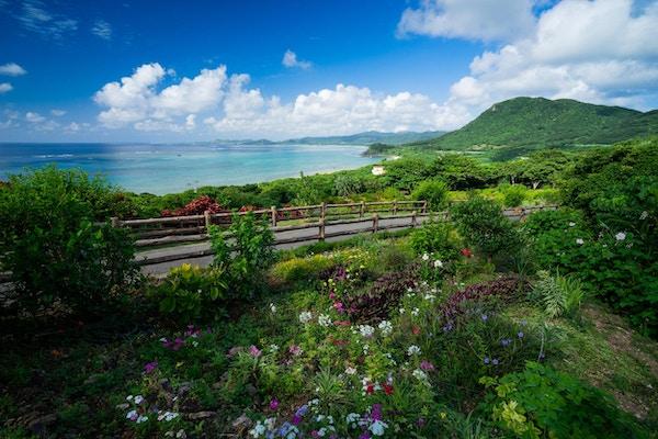 Med utsikt over kysten av Ishigaki Island og Stillehavet fra det nordlige observatoriet på en solrik dag om sommeren.