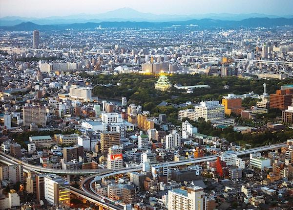 Flyfoto over byen, Nagoya slott i bakgrunn.