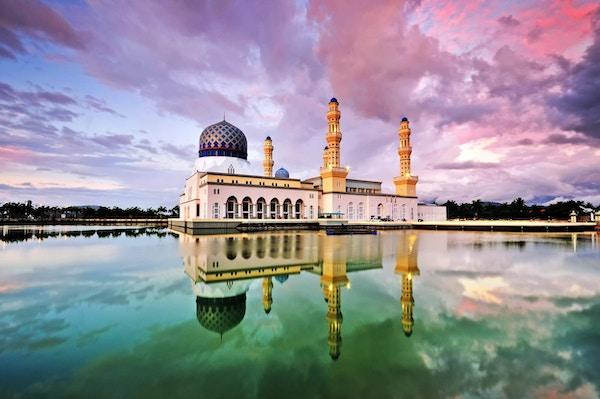 Fargerik solnedgangfarg ved Kota Kinabalu-moskeen, berømt landemerke i Kota Kinabalu, Sabah Borneo, Malaysia.
