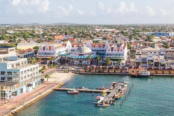 Fargerike bygninger i Oranjestad på øya Aruba