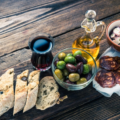 Autentisk spansk tapas på trebrett, tonnedbilde, ovenfra