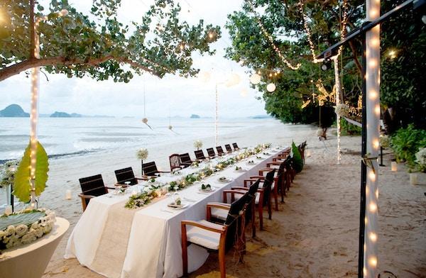 Nydelig romantisk bryllupsbord på tropisk strand.