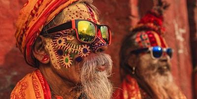 Sadhu - indiske menn som sitter i templet.