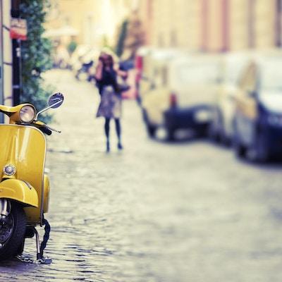 Gul scooter på gaten