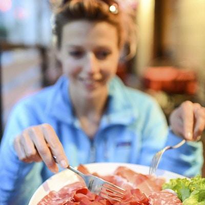 Assortert kjøttpålegg av Parma Ham og sulten kvinne