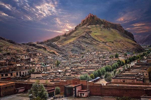 Tibetansk fort på toppen av den steinete høyden i Gyangze i sentrum av Tibet