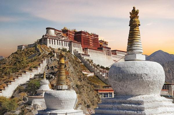 Potala- palasset i Tibet med en vakker himmel ved solnedgang