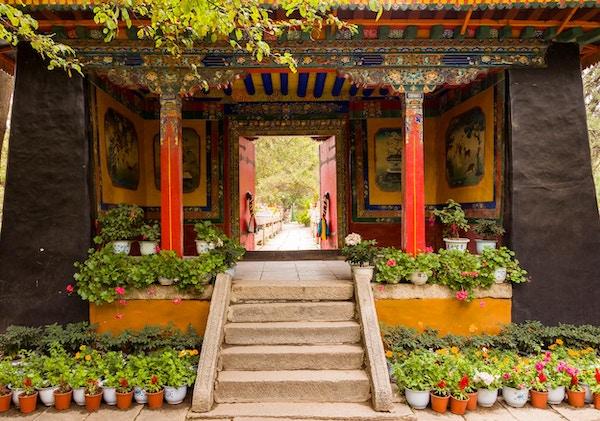 Inngangsdør til fargerike hager i Norbulinka-klosteret, Tibet